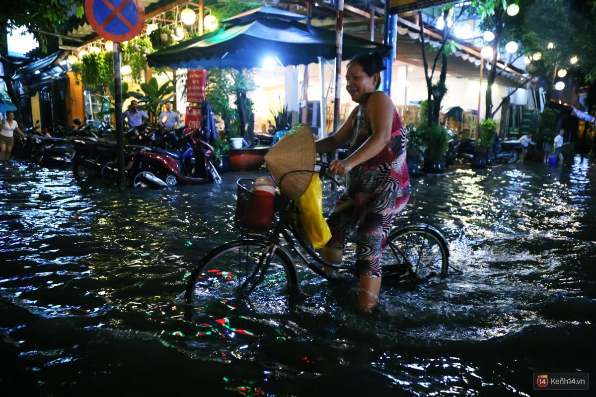 Nữ sinh ở Sài Gòn loạng choạng, suýt té vì ô tô di chuyển tạo sóng trên đường ngập như sông - Ảnh 11.