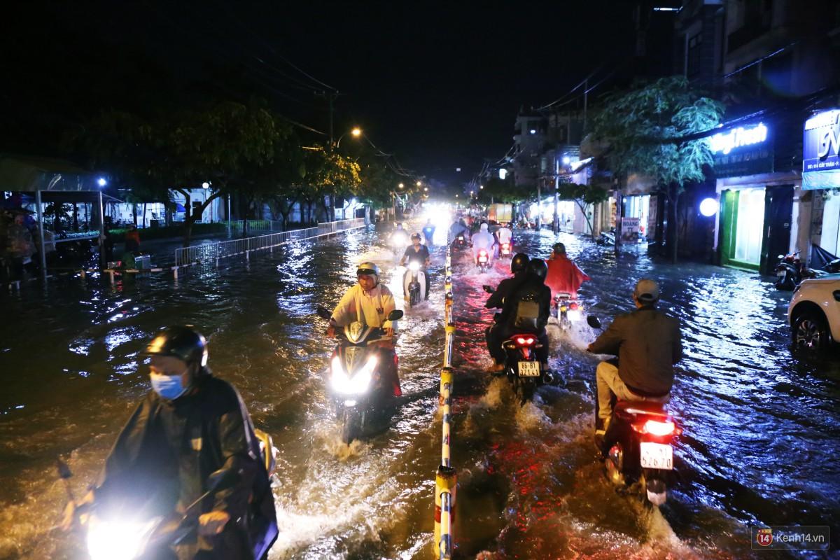 Nữ sinh ở Sài Gòn loạng choạng, suýt té vì ô tô di chuyển tạo sóng trên đường ngập như sông - Ảnh 2.