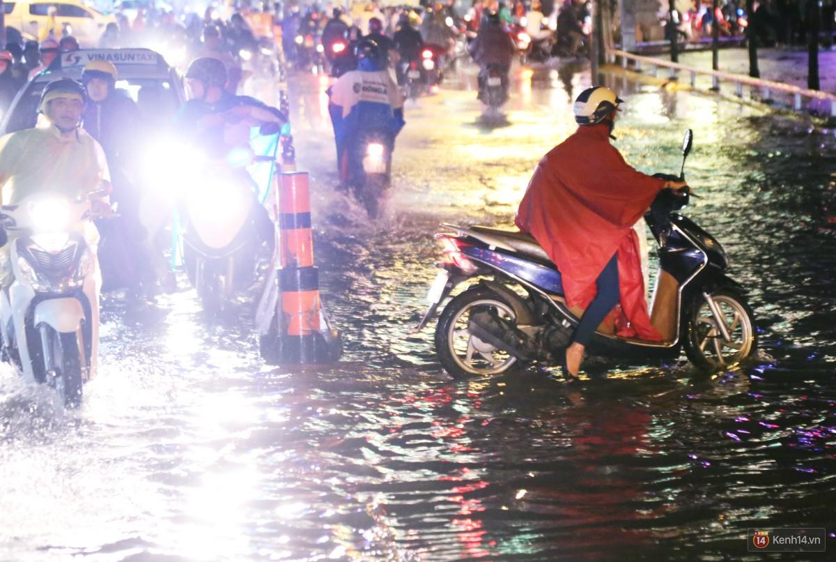 Nữ sinh ở Sài Gòn loạng choạng, suýt té vì ô tô di chuyển tạo sóng trên đường ngập như sông - Ảnh 17.