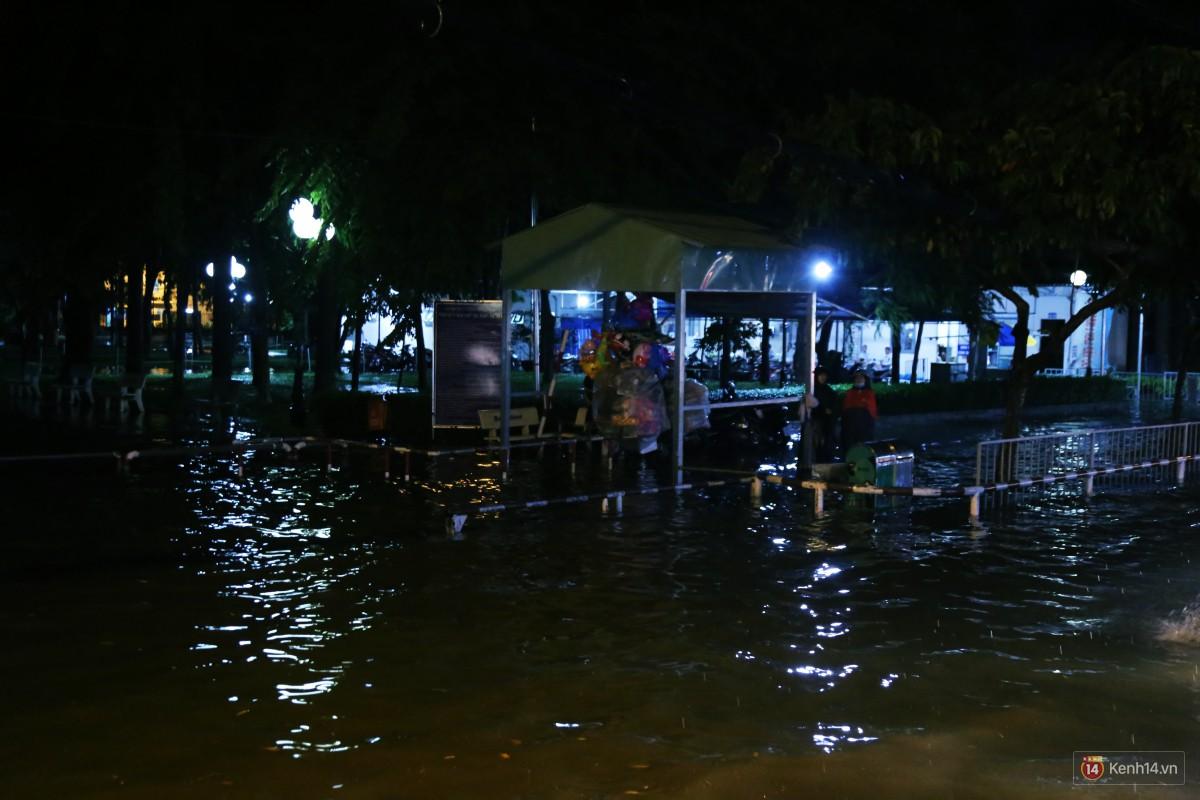 Nữ sinh ở Sài Gòn loạng choạng, suýt té vì ô tô di chuyển tạo sóng trên đường ngập như sông - Ảnh 3.