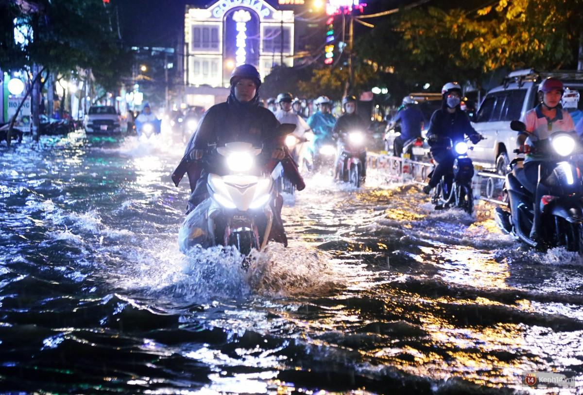 Nữ sinh ở Sài Gòn loạng choạng, suýt té vì ô tô di chuyển tạo sóng trên đường ngập như sông - Ảnh 5.