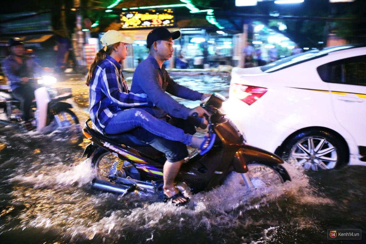 Nữ sinh ở Sài Gòn loạng choạng, suýt té vì ô tô di chuyển tạo sóng trên đường ngập như sông - Ảnh 16.