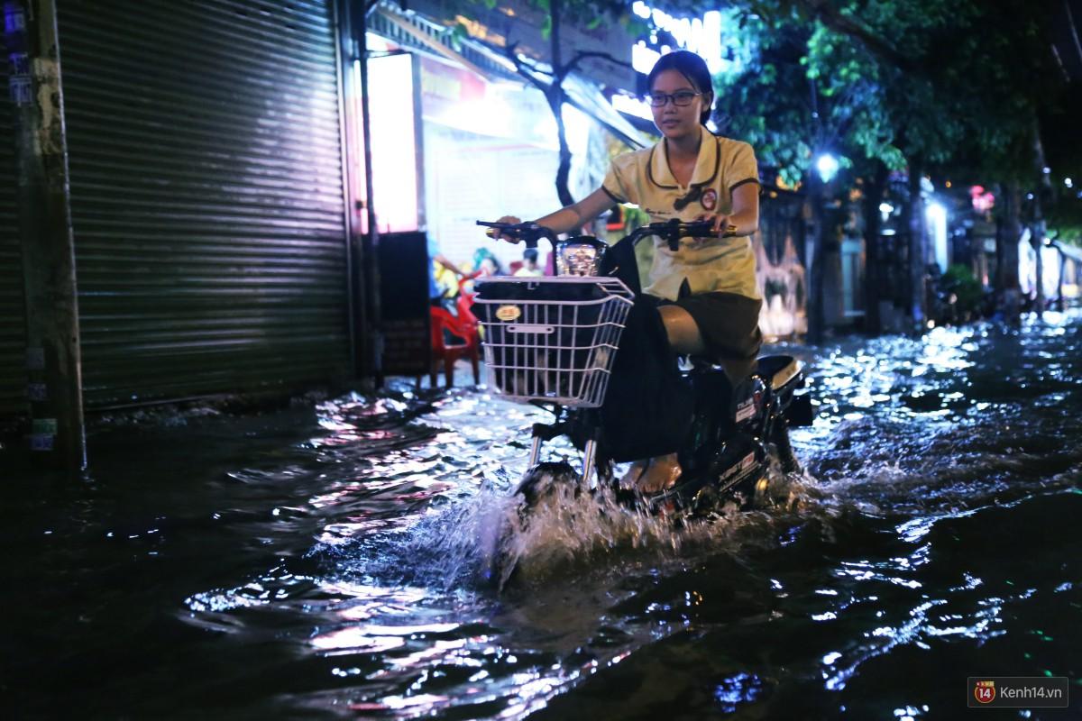 Nữ sinh ở Sài Gòn loạng choạng, suýt té vì ô tô di chuyển tạo sóng trên đường ngập như sông - Ảnh 8.
