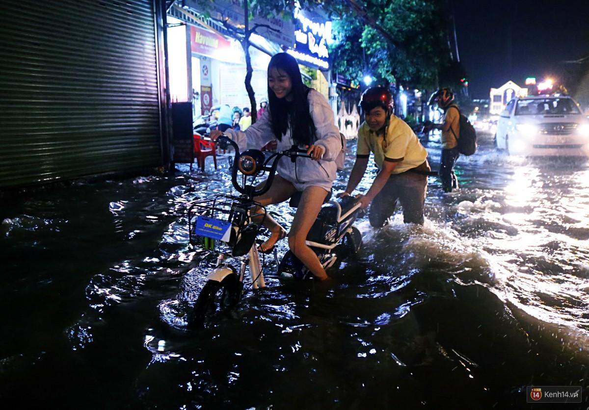 Nữ sinh ở Sài Gòn loạng choạng, suýt té vì ô tô di chuyển tạo sóng trên đường ngập như sông - Ảnh 7.