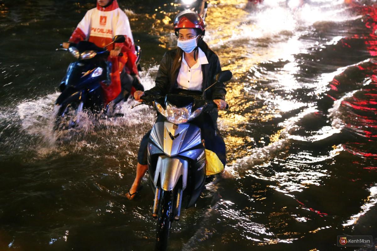 Nữ sinh ở Sài Gòn loạng choạng, suýt té vì ô tô di chuyển tạo sóng trên đường ngập như sông - Ảnh 19.