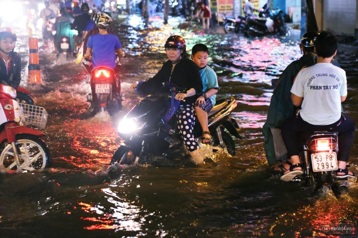 Nữ sinh ở Sài Gòn loạng choạng, suýt té vì ô tô di chuyển tạo sóng trên đường ngập như sông - Ảnh 15.