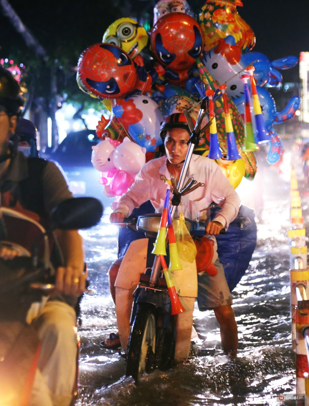 Nữ sinh ở Sài Gòn loạng choạng, suýt té vì ô tô di chuyển tạo sóng trên đường ngập như sông - Ảnh 10.