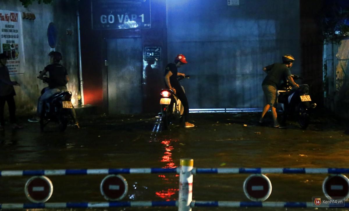 Nữ sinh ở Sài Gòn loạng choạng, suýt té vì ô tô di chuyển tạo sóng trên đường ngập như sông - Ảnh 13.
