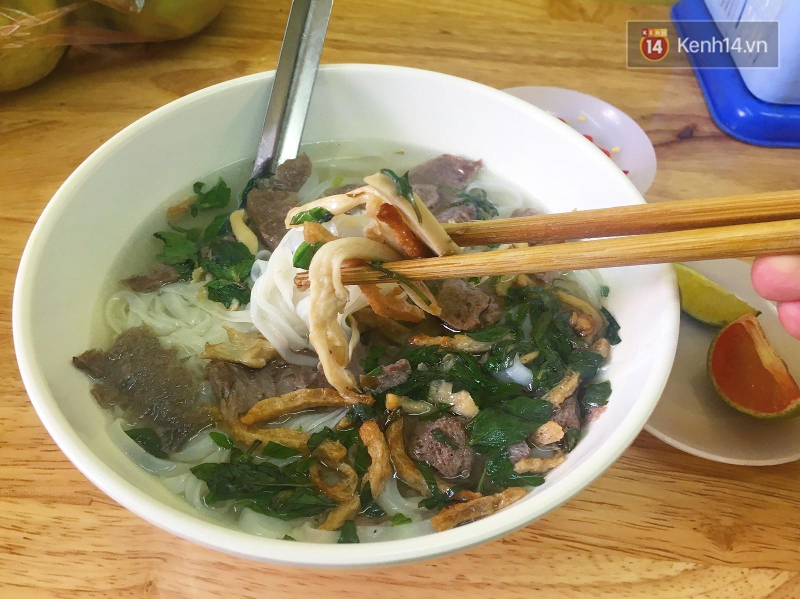 Ở Hà Nội có một hàng phở chỉ 15k/bát mà đầy đủ thịt bò, gà, giò và đến khi ăn mới thấy thú vị - Ảnh 4.
