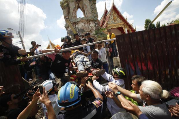 Sập tháp chuông cổ tại Bangkok làm 12 người thương vong - Ảnh 1.