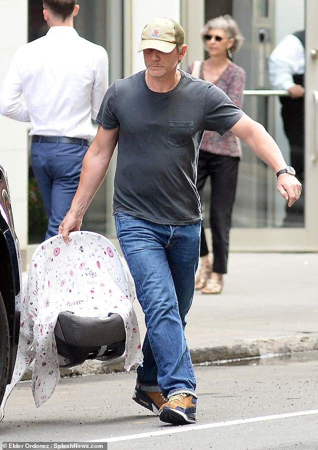 Mỹ nhân phim Xác ướp Ai Cập và chồng Điệp viên 007 xuất hiện cùng em bé sau khi lên chức bố mẹ ở tuổi U50 - Ảnh 2.