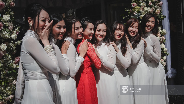 Trong lễ rước dâu, dân tình tiếp tục đổ dồn sự chú ý vào vòng hai lộ rõ của Nhã Phương - Ảnh 1.