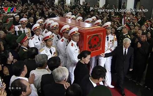[TRỰC TIẾP] Xe tang đưa linh cữu Chủ tịch nước Trần Đại Quang về quê hương Ninh Bình - Ảnh 41.