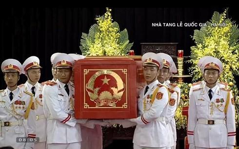 [TRỰC TIẾP] Xe tang đưa linh cữu Chủ tịch nước Trần Đại Quang về quê hương Ninh Bình - Ảnh 42.
