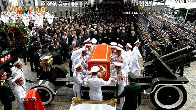 [TRỰC TIẾP] Xe tang đưa linh cữu Chủ tịch nước Trần Đại Quang về quê hương Ninh Bình - Ảnh 39.