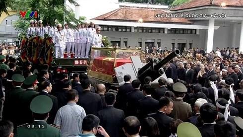 [TRỰC TIẾP] Xe tang đưa linh cữu Chủ tịch nước Trần Đại Quang về quê hương Ninh Bình - Ảnh 40.