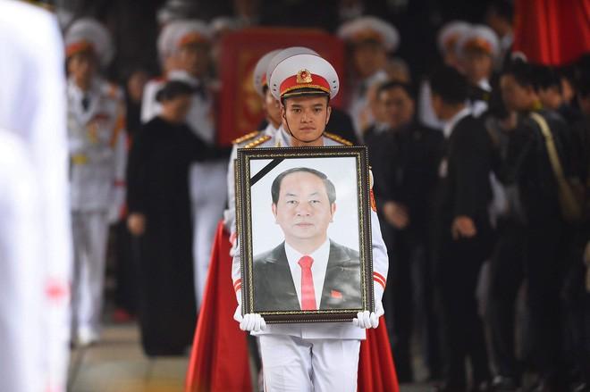 [TRỰC TIẾP] Xe tang đưa linh cữu Chủ tịch nước Trần Đại Quang về quê hương Ninh Bình - Ảnh 27.