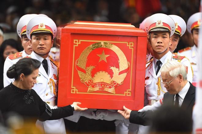 [TRỰC TIẾP] Xe tang đưa linh cữu Chủ tịch nước Trần Đại Quang về quê hương Ninh Bình - Ảnh 28.