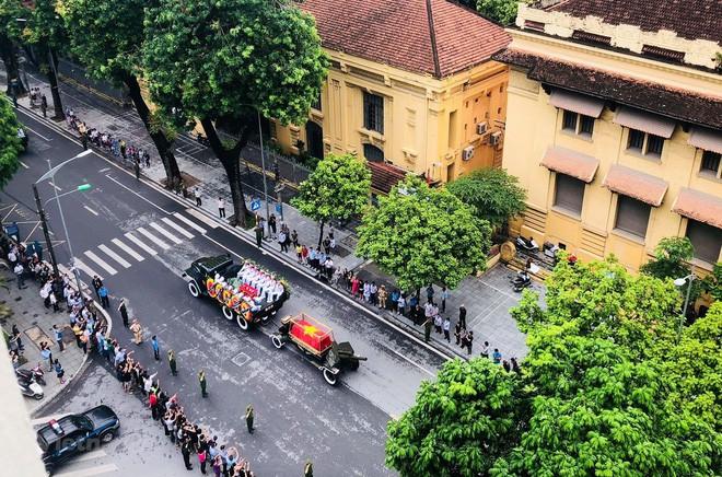 [TRỰC TIẾP] Xe tang đưa linh cữu Chủ tịch nước Trần Đại Quang về quê hương Ninh Bình - Ảnh 19.