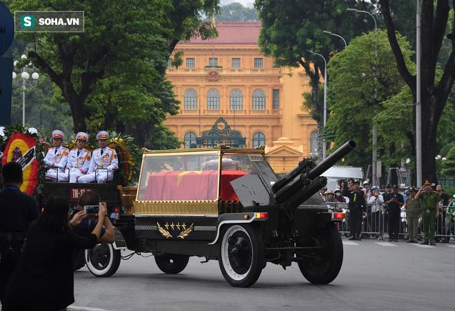 [TRỰC TIẾP] Xe tang đưa linh cữu Chủ tịch nước Trần Đại Quang về quê hương Ninh Bình - Ảnh 15.