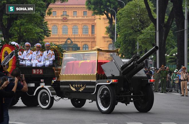 [TRỰC TIẾP] Xe tang đưa linh cữu Chủ tịch nước Trần Đại Quang về quê hương Ninh Bình - Ảnh 16.