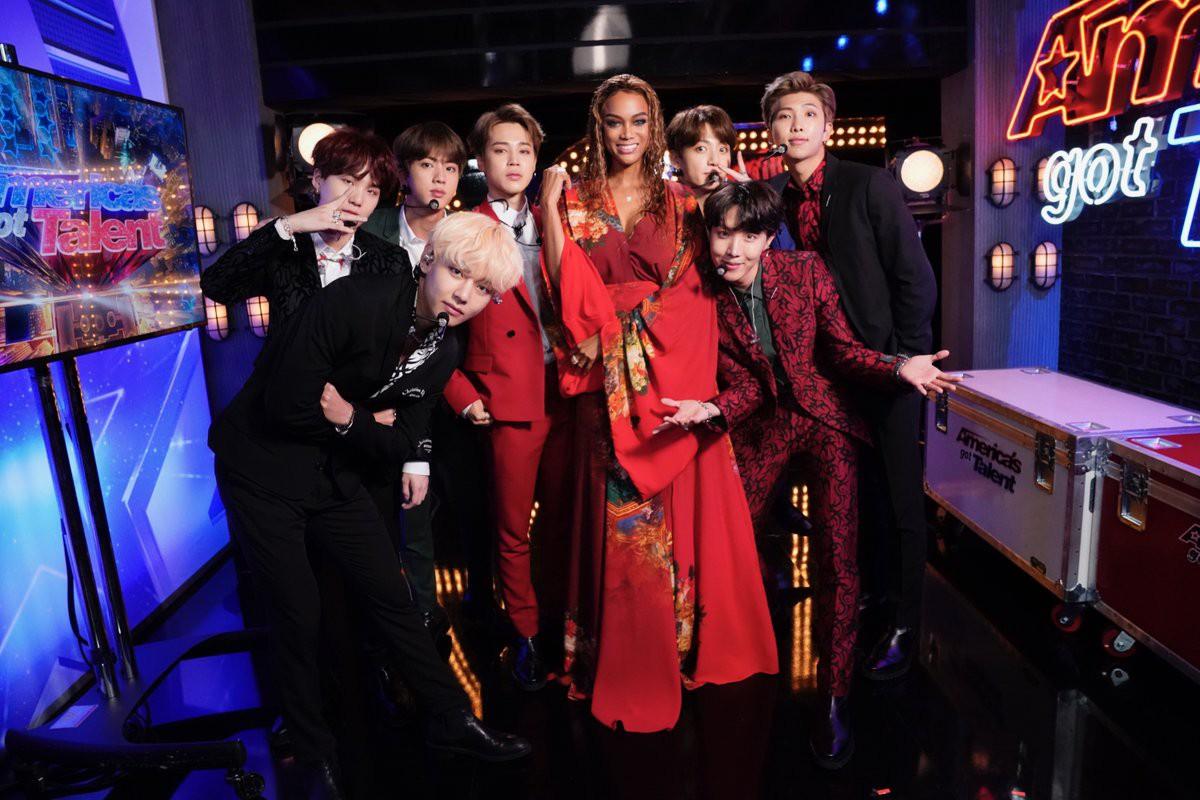 Nghỉ chơi với sân nhà Hàn Quốc, BTS giờ là khách mời thường xuyên của show Mỹ - Ảnh 2.