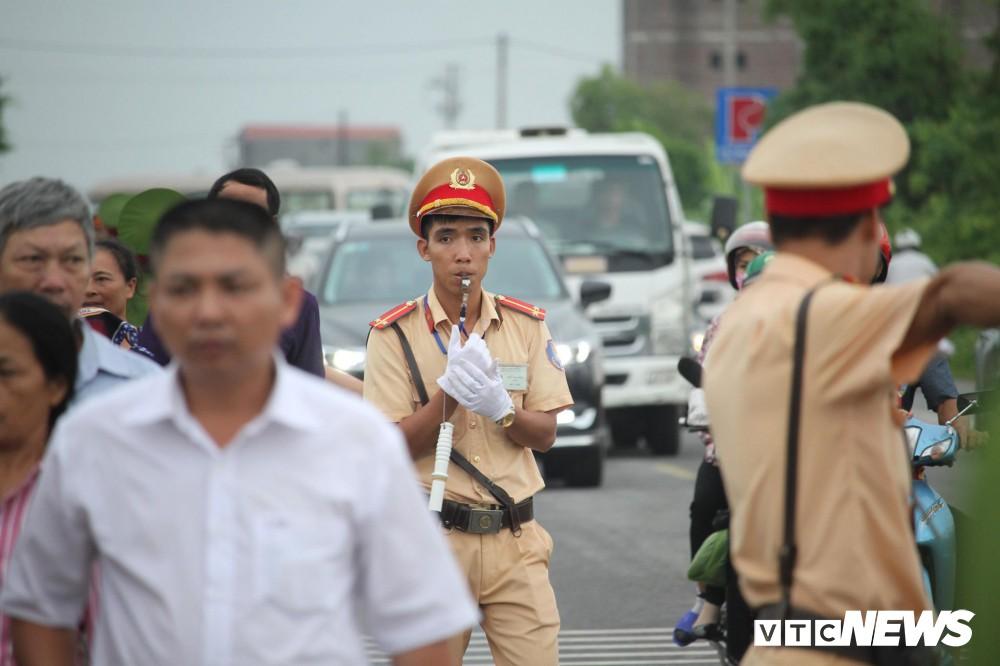 Ninh Bình: Hàng ngàn người dân chờ đợi Chủ tịch nước Trần Đại Quang - Ảnh 1.