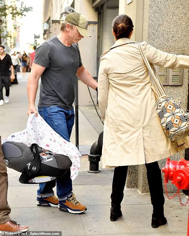 Mỹ nhân phim Xác ướp Ai Cập và chồng Điệp viên 007 xuất hiện cùng em bé sau khi lên chức bố mẹ ở tuổi U50 - Ảnh 3.