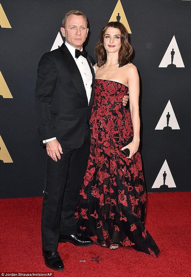 Mỹ nhân phim Xác ướp Ai Cập và chồng Điệp viên 007 xuất hiện cùng em bé sau khi lên chức bố mẹ ở tuổi U50 - Ảnh 6.
