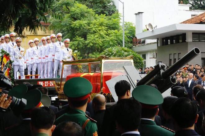 [TRỰC TIẾP] Xe tang đưa linh cữu Chủ tịch nước Trần Đại Quang về quê hương Ninh Bình - Ảnh 38.
