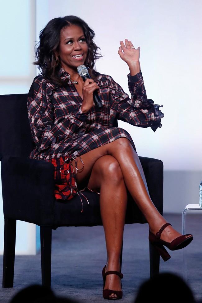 Phải đến khi bà Michelle Obama rời Nhà Trắng, chúng ta mới được ngắm nhiều khoảnh khắc bà diện đồ trẻ trung và phóng khoáng đến vậy - Ảnh 9.