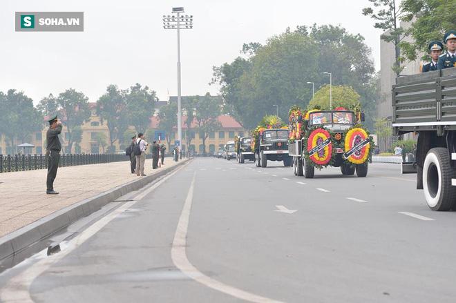 Hành trình linh xa đưa Chủ tịch nước Trần Đại Quang qua các ngõ phố Hà Nội để về quê nhà - Ảnh 14.