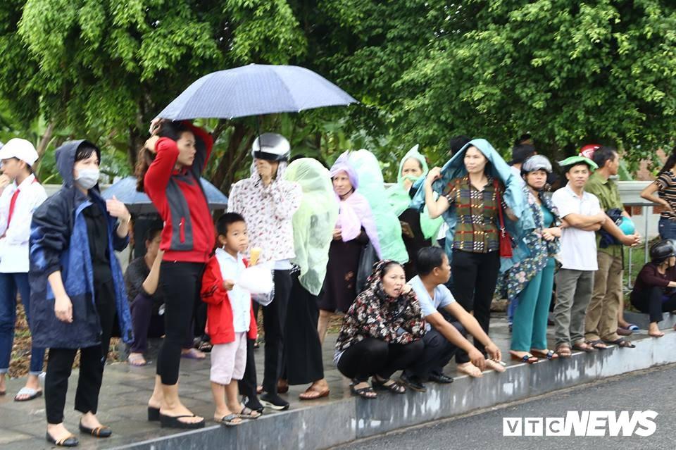 Ninh Bình: Hàng ngàn người dân chờ đợi Chủ tịch nước Trần Đại Quang - Ảnh 14.