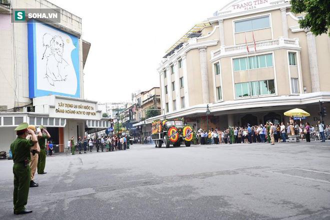Hành trình linh xa đưa Chủ tịch nước Trần Đại Quang qua các ngõ phố Hà Nội để về quê nhà - Ảnh 16.