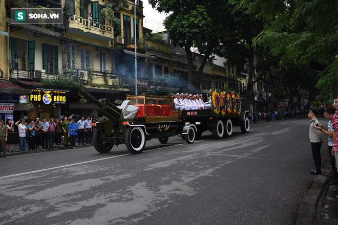 Hành trình linh xa đưa Chủ tịch nước Trần Đại Quang qua các ngõ phố Hà Nội để về quê nhà - Ảnh 17.
