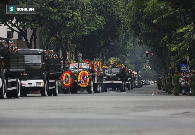 Hành trình linh xa đưa Chủ tịch nước Trần Đại Quang qua các ngõ phố Hà Nội để về quê nhà - Ảnh 18.
