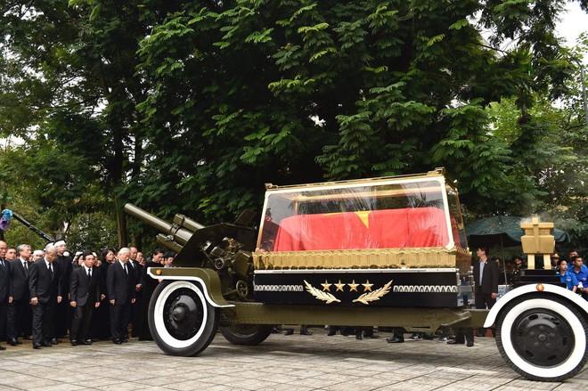 [TRỰC TIẾP] Xe tang đưa linh cữu Chủ tịch nước Trần Đại Quang về quê hương Ninh Bình - Ảnh 24.