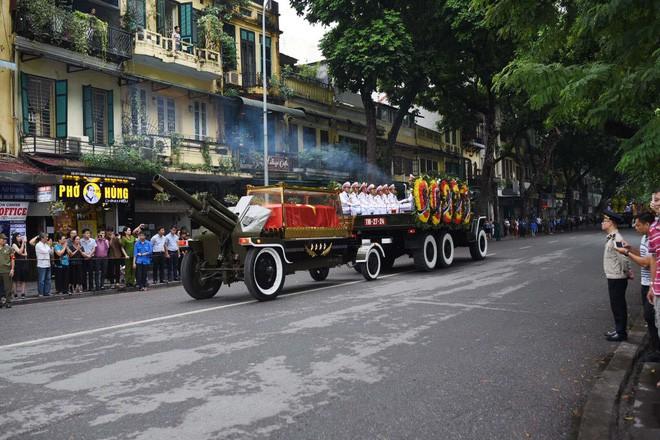 [TRỰC TIẾP] Xe tang đưa linh cữu Chủ tịch nước Trần Đại Quang về quê hương Ninh Bình - Ảnh 21.