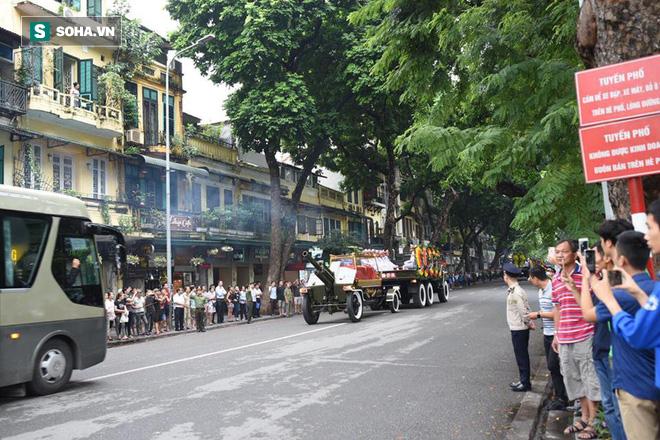 Hành trình linh xa đưa Chủ tịch nước Trần Đại Quang qua các ngõ phố Hà Nội để về quê nhà - Ảnh 4.