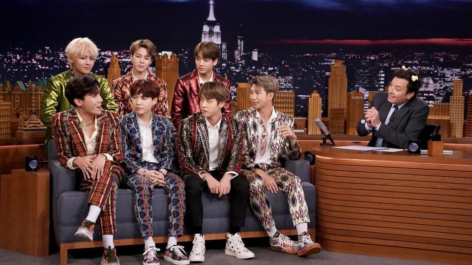 Nghỉ chơi với sân nhà Hàn Quốc, BTS giờ là khách mời thường xuyên của show Mỹ - Ảnh 3.