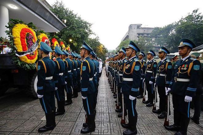 [TRỰC TIẾP] Xe tang đưa linh cữu Chủ tịch nước Trần Đại Quang về quê hương Ninh Bình - Ảnh 52.