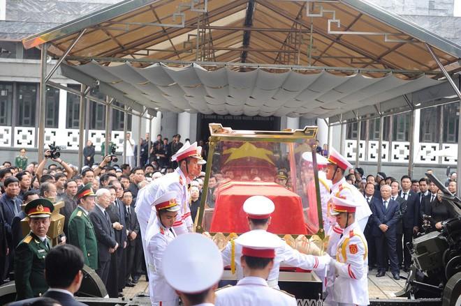 [TRỰC TIẾP] Xe tang đưa linh cữu Chủ tịch nước Trần Đại Quang về quê hương Ninh Bình - Ảnh 30.