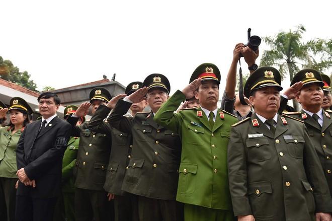 [TRỰC TIẾP] Xe tang đưa linh cữu Chủ tịch nước Trần Đại Quang về quê hương Ninh Bình - Ảnh 25.