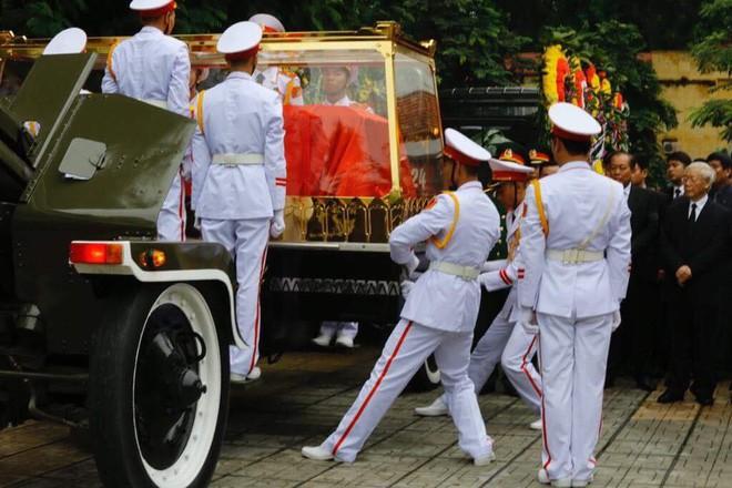 [TRỰC TIẾP] Xe tang đưa linh cữu Chủ tịch nước Trần Đại Quang về quê hương Ninh Bình - Ảnh 31.