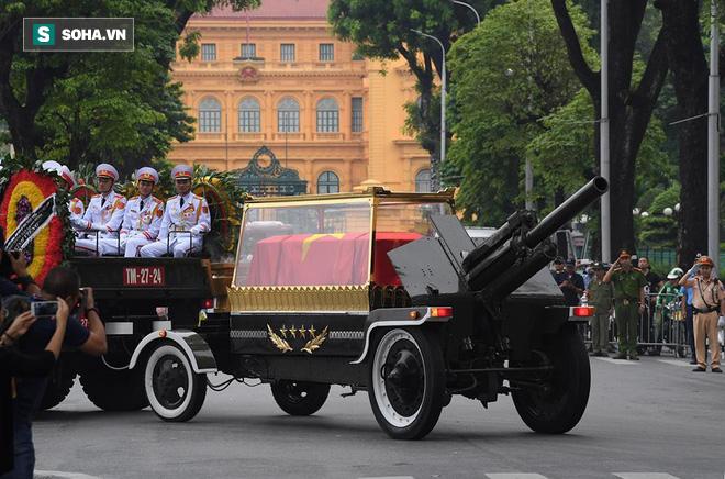 Hành trình linh xa đưa Chủ tịch nước Trần Đại Quang qua các ngõ phố Hà Nội để về quê nhà - Ảnh 6.