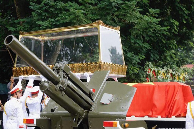[TRỰC TIẾP] Xe tang đưa linh cữu Chủ tịch nước Trần Đại Quang về quê hương Ninh Bình - Ảnh 32.