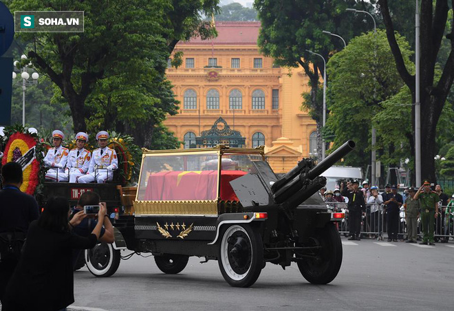 Hành trình linh xa đưa Chủ tịch nước Trần Đại Quang qua các ngõ phố Hà Nội để về quê nhà - Ảnh 7.