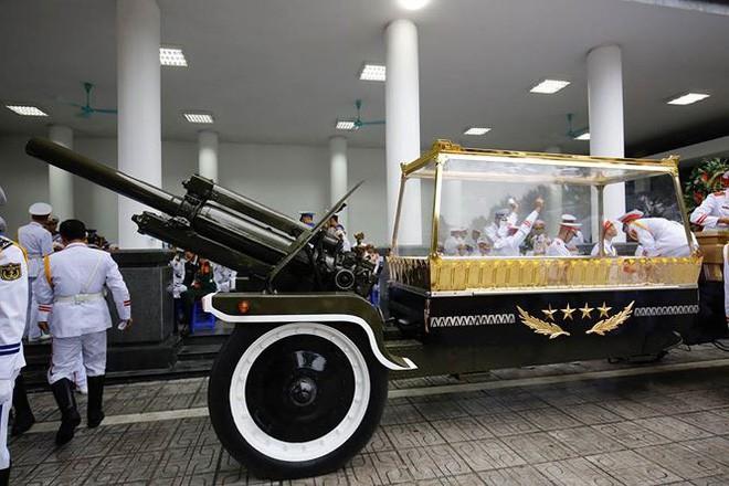 [TRỰC TIẾP] Xe tang đưa linh cữu Chủ tịch nước Trần Đại Quang về quê hương Ninh Bình - Ảnh 55.