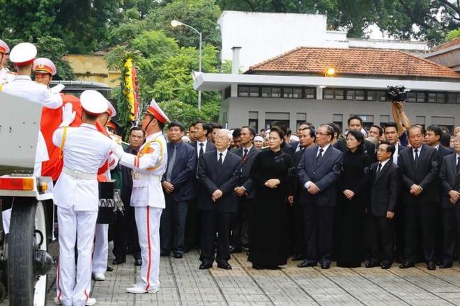 [TRỰC TIẾP] Xe tang đưa linh cữu Chủ tịch nước Trần Đại Quang về quê hương Ninh Bình - Ảnh 33.