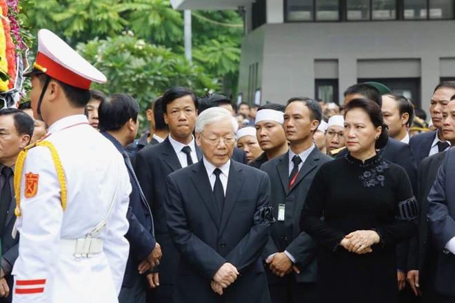 [TRỰC TIẾP] Xe tang đưa linh cữu Chủ tịch nước Trần Đại Quang về quê hương Ninh Bình - Ảnh 34.